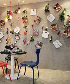 As arquitetas Evelyn Steinberg e Giovanna Eirado revestiram uma parede inteira desta cozinha com tela de galinheiro. A estrutura pode ser usada para prender recados, receitas e acessórios (1) (Foto: Divulgação)