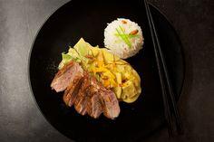Rezept für knusprig gebratene Entenbrust mit roten Thaicurry, Gemüse und Basmatireis.