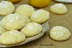 I biscotti morbidissimi al limone sono dei gustosi dolcetti semplici e veloci da preparare e con un'inconfondibile aroma di limone.