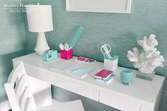 Beautiful office niche with Phillip Jeffries Vinyl Arrowroot II Wallpaper in Abalone framing a modern white lacquered desk accented with a white table lamp and white faux coral on lucite base as well as hot pink and aqua blue desk accessories. White Lacquer Desk, Modern White Desk, House Of Turquoise, Pink Turquoise, Aqua Blue, Bedroom Sitting Room, Pink Desk, Home Office Decor, Office Ideas