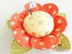 Como fazer alfineteiro de tecido - Flor http://topartesanato.com/alfineteiro-de-tecido/ #artesanato #handmade #alfineteiro #diy #molde