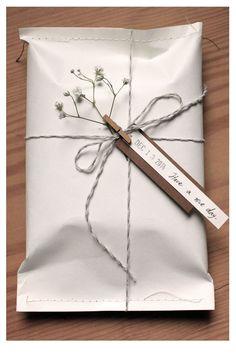cadeaux  raliser soi mme #cadeauxralisersoimme #geschenkboxbasteln#geschenkboxbasteln Creative Gift Wrapping, Creative Gifts, Creative Gift Packaging, Wrapping Gifts, Cute Gift Wrapping Ideas, Gift Wrapping Clothes, Creative Box, Wrapping Papers, Gift Ideas