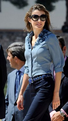 Queen Letizia of Spain Photos - Princess Letizia of Spain attends Universidad de Valencia's Parc Cientific opening on September 2009 in Paterna, Spain. Cool Outfits, Fashion Outfits, Womens Fashion, Queen Outfit, Queen Letizia, Love Her Style, Royal Fashion, Casual Chic, Casual Wear