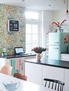 Regarder comme elle est mignonne cette cuisine aux couleurs vives là tout de suite elle me donne envie de cuisiner !