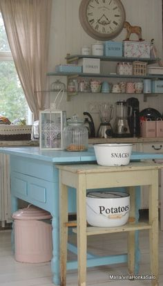 Shabby Chic kitchen-My lake cottage kitchen Casas Shabby Chic, Shabby Chic Vintage, Shabby Chic Style, Vintage Style, Cocina Shabby Chic, Shabby Chic Homes, Shabby Chic Kitchen Curtains, Decoration Shabby, Rustic Decor