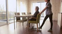 Op het eerste gezicht lijkt het misschien geen groot probleem; iemand van en aan een tafel verplaatsen. Maar in de zorg zijn er dagelijks veel mensen die hier mee te maken hebben. Vaak moeten zij met veel moeite een cliënt met stoel en al aan of van tafel schuiven. Dat is behoorlijk zwaar en het levert lichamelijke klachten op. Bovendien is het niet altijd even goed voor het meubilair. Dining Bench, Furniture, Home Decor, Lights, Decoration Home, Table Bench, Room Decor, Home Furnishings, Home Interior Design