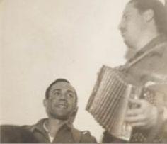 Cantando, con José Herrera Petere al acordeón, en mayo de 1937.