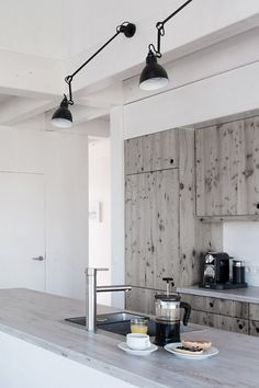 my scandinavian home: Minimalist kitchen with reclaimed wood Kitchen Dinning, New Kitchen, Minimal Kitchen, Kitchen Wood, Warm Kitchen, Kitchen Lamps, Kitchen Modern, Dining Area, Dining Room