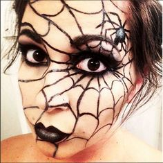 5 Halloween makeup with just one eyeliner! - The Girl Scouts - Leben Ideen , 5 Halloween makeup with just one eyeliner! - The Girl Scouts. Halloween Elegante, Halloween Chic, Halloween Looks, Women Halloween, Halloween Parties, Halloween Makeup Sugar Skull, Cool Halloween Makeup, Batgirl Makeup, Manualidades Halloween