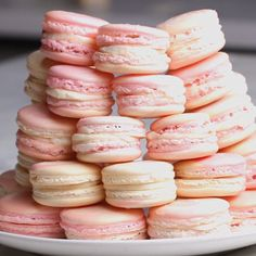Marble pattern is cute strawberry, cheesecake, macaroons Baking Recipes, Cookie Recipes, Dessert Recipes, Just Desserts, Delicious Desserts, Yummy Food, How To Make Macarons, Making Macarons, Macaron Cookies
