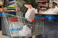 Los súper aplican parcialmente la entrega de bolsas: No las exponen en las cajas y evitan ofrecerlas, aunque si los clientes las requieren,…
