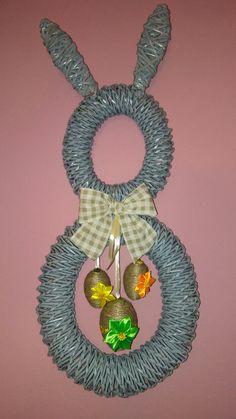 Papierowa wiklina-zając Wreaths, Christmas Ornaments, Halloween, Holiday Decor, Home Decor, Decoration Home, Door Wreaths, Room Decor, Christmas Jewelry