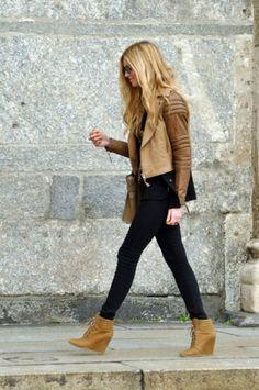 Acheter la tenue sur Lookastic: https://lookastic.fr/mode-femme/tenues/veste-motard-en-cuir-jean-skinny-noir-bottines-compensees-en-cuir/6690 — Bottines compensées en cuir brunes claires — Jean skinny noir — Veste motard en cuir matelassée brune claire