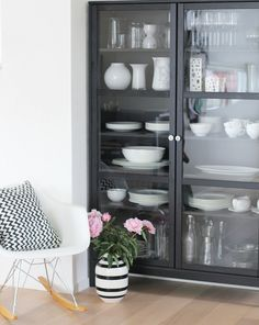 Linnarp Home Decor Furniture, Kitchen Furniture, Kitchen Display Cabinet, Display Cabinets, Hacks Ikea, Dining Room Table Decor, Glass Cabinet Doors, Home Living Room, Home Accessories