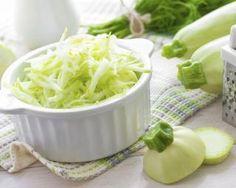 Salade de courgettes crues aux pépins de courges dorés : http://www.fourchette-et-bikini.fr/recettes/recettes-minceur/salade-de-courgettes-crues-aux-ppins-de-courges-dors.html