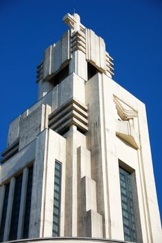 Découvrez la ville de Bruxelles sur notre site: www.theplaceto.be Photo: John and Melanie Kotsopoulos Architecture Art Nouveau, Architecture Details, Modern Architecture, Amazing Architecture, Art Deco Period, Art Deco Era, Bauhaus, Streamline Moderne, Art Deco Home
