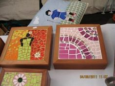 caja de madera rauli ideal para guardar collares, forrada con gamuzina y decorada en mosaico joyero madera raulí tela ceramic mosaico Mirror Mosaic, Mosaic Diy, Fabric Boxes, Mosaic Patterns, Ideas Para, Coasters, Mandala, Decorative Boxes, Wraps