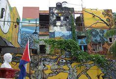 Aparte de sus murales, pinturas, esculturas e instalaciones de arte contemporáneo que no dejan indiferente a nadie, otra de las razones para visitar el principal templo de la cultura afrocubana en La Habana es la música, sobre todo los domingos al mediodía, momento en que los tambores y los ritmos de la rumba habanera toman el lugar.