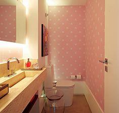 A arquiteta Carol Lovisaro criou um lavabo todo em cor-de-rosa com papel de parede. Na estampa, o equilíbrio entre caveirinhas e o tom doce