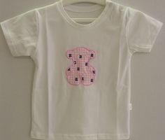 CAMISETA VICHY ROSA BABY TOUS.  Camiseta Baby TOUS de corte recto, cuello redondo y manga corta.  Aplicación de oso bordado rayado rosa y blancos con botones de presión sobre el hombro. Confeccionado en 100% algodón de color blanco.  Plazo de entrega para este producto: 24-48 horas.