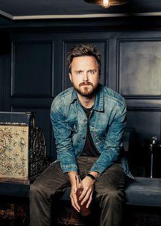 Den Look kaufen: https://lookastic.de/herrenmode/wie-kombinieren/blaue-jeansjacke-schwarzes-t-shirt-mit-rundhalsausschnitt-dunkelgraue-chinohose/361 — Blaue Jeansjacke — Schwarzes T-Shirt mit Rundhalsausschnitt — Dunkelgraue Chinohose