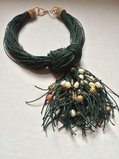 Collar de algodón y piedras naturales. Materiales Farfalla, Costa Rica