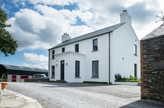 New build contemporary farmstead with curved metal roof Houses In Ireland, Ireland Homes, House With Porch, House Front, Farmhouse Renovation, Modern Farmhouse, Modern Country, Country Style, Gardens