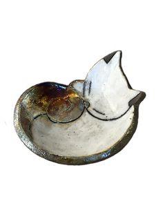 Raku Keramik Katzentablett - Svuotatasche portaoggetti in ceramica Raku a forma di gatto Raku Keramik Katzentablett Raku Pottery, Slab Pottery, Biscuit, Clay Plates, Pottery Animals, Bazaar Crafts, Hand Built Pottery, Ceramics Projects, Pottery Designs