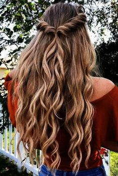 ❤️ Half up half down prom hairstyles are really trendy this season. Check out our photo gallery of the most fabulous hairstyles to get inspired. ❤️ Half Up Hairstyles With Easy To Do Twists Cute Hairstyles For Teens, Easy Hairstyles For Long Hair, Spring Hairstyles, Teen Hairstyles, Pretty Hairstyles, Wedding Hairstyles, Cute Simple Hairstyles, Hairstyles For Pictures, Simple Homecoming Hairstyles