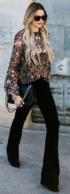 Outfit: una blusa floral + pantalón de vestir negro + una cartera negra