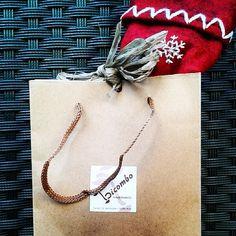 Díes de festa, per pensar quins regals triar, vina a veure la varietat que tenim #presents #chritmas #santaclaus #bags #pashminas #scarves #necklaces #rings #bracelet Arrow Necklace, Gift Wrapping, Gifts, Jewelry, Gift Wrapping Paper, Presents, Jewlery, Bijoux, Wrapping Gifts