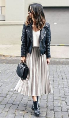 Pleated Skirt 2019 Women& Fashion Outfit Trends- Faltenrock 2019 Damenmode Outfit Trends The comfortable combination of pleated skirts has become a great advantage for women. Summer Boots Outfit, Black Boots Outfit, Casual Summer Outfits, Fall Outfits, Classy Outfits, Skirt Outfits For Winter, Chic Outfits, Biker Boots Outfit, Edgy Work Outfits