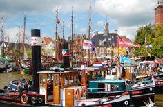Bunt geschmückte Schiffe im Museumshafen beim alljährlichen Treffen der Traditionsschiffe in Leer.