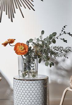 ♥️ Pure Love ♥️ Mit seiner asymmetrischen, welligen Form erinnert die weltberühmten Vase Alvar Aalto von Ittala an die Landschaft Finnlands und sieht mit und ohne Blumen spektakulär minimalistisch aus. Ihr unaufdringliches und dennoch einzigartiges Design setzt die Blumen perfekt in Szene. We love it! // Blumen Flowers Vasen Deko Dekorieren Eukalyptus Hocker Ideen Wohnzimmer WohnzimmerIdeen #Wohnzimmer #WohnzimmerIdeen #Blumen #Vasen #Deko #Dekoration