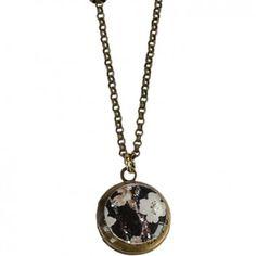 Mit der verspielten Kette mit dem runden Blumen-Amulett in Schwarz vom französischen Label Rock around my neck zauberst du dir ein luftig-leichtes Accessoire um den Hals.