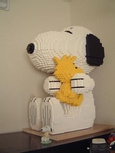 Snoopy and Woodstock :: LEGO creations. Snoopy hugging Woodstock from the Peanuts comic strip. Snoopy Love, Snoopy And Woodstock, Snoopy Hug, Lego Design, Bloc Lego, Lego Poster, Modele Lego, Lego Machines, Lego Sculptures