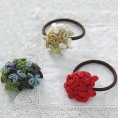 小さな花を、ブーケのようにぎゅっと集めたヘアゴムとブローチ。/フェルトのおしゃれ小物(「はんど&はあと」2011年11月号)