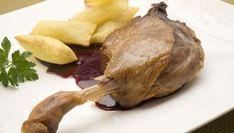 Karlos Arguiñano presenta un plato de confit de pato asado en el horno con salsa de arándanos y patatas soufflé crujientes.