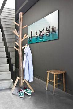Deze kapstok Staand hout van HK Living heeft de afmeting60x60x180cm en is daarmee groot genoeg voor vele jassen, tassen en...