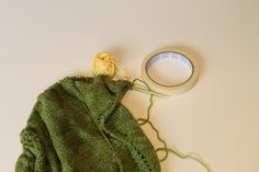 """trick to carry a contrasting """"lifeline"""" to mark a row, as you knit"""