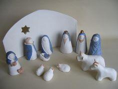 Crèche de Noël en terre cuite blanche composée de santons stylisés (H : 8 à 9 cm): La Nativité, Jésus (dans un berceau de la taille d'une noix), Marie, Joseph, Trois rois  - 11007811