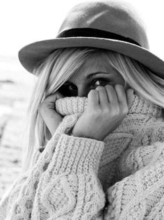 Chunky sweater, hat, so stinkin cute! I just love this comfy casual fall look. Chunky Cable Knit Sweater, Sweater Hat, Chunky Knits, Cozy Knit, Wooly Jumper, Cream Sweater, Beauty And Fashion, Look Fashion, Fall Fashion