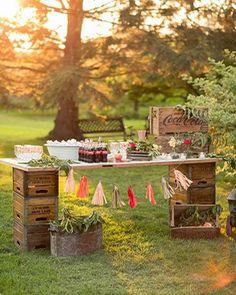 Una preciosa fiesta al aire libre con elementos reciclados