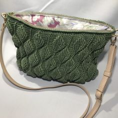Sådan hækler du en smuk taske med - By Damsbak % Diy Crochet, Crochet Pattern, Hooked On A Feeling, Crochet Clothes, Blade, Diy And Crafts, Crafty, Quilts, Knitting