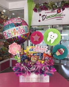 Creaciones D'encantos C.A. 🌺 (@dencantos) | Instagram photos and videos Diy Birthday Box, Girl Birthday, Birthday Gifts, Candy Bouquet, Balloon Bouquet, Black Party Decorations, Creative Gifts, Event Decor, Gift Baskets