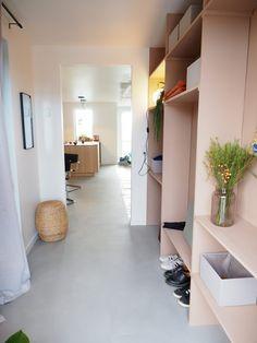 DIY-guide til entrereol Apartment Interior, Living Room Interior, Home Interior Design, Interior Decorating, Billy Ikea, Hallway Inspiration, Minimalist Apartment, Furniture Decor, Sweet Home