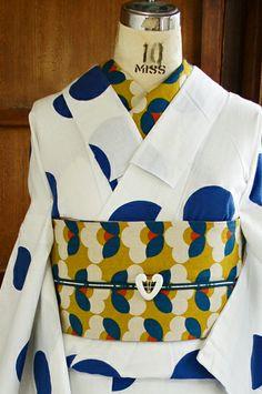 白地に瑠璃紺色の水玉模様がふわりふわりと浮かぶカルピスみたいなノスタルジックデザインの注染レトロ浴衣です。