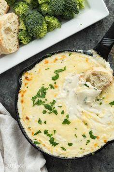 Этот куриный Альфредо Дип вышел из этого мира!  Он кремовый, сырный, с курицей и сделан с нуля!  Идеально подходит как закуска или случайный обед или ужин.