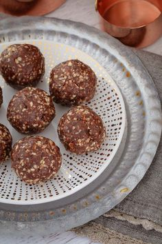 These Raw & Guilt-Free Peanut Butter Brownie Bliss Balls are the perfect healthy treat. even though they taste super naughty! Includes a simple step by step recipe video! Lunch Box Recipes, Raw Food Recipes, Baking Recipes, Lunch Ideas, Healthy Recipes, Healthy Treats, Healthy Desserts, Delicious Desserts, Healthy Drinks
