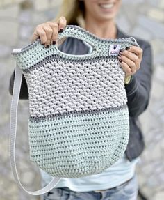 Häkeltasche Tono von MyBoshi nachhäkeln (Mix Patterns Home)MAG DIY Crochet Bag - Step-by-step guide for advanced users Then try a crochet bag! Just pick three colors – let's go!round: ⇒ crochet each stitch ⇒ 90 MiR ⇒ Attention! Crochet Diy, Bag Crochet, Mochila Crochet, Knitting Patterns, Crochet Patterns, Diy Accessoires, Diy Mode, Macrame Bag, Knitted Bags